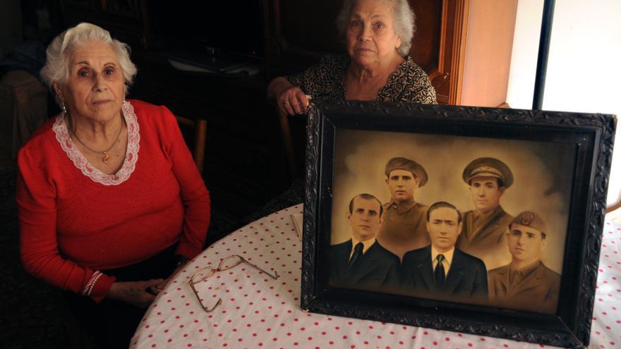 Fidela y Vintila Vera, junto a la foto de su padre y sus tíos