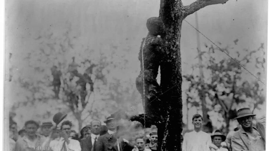Una postal de la época con una imagen del cadáver quemado de Jesse Washington en Waco tras el linchamiento.