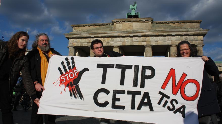 Manifestantes contra el TTIP, CETA y el TiSA en Berlín. Foto: cc Cornelia Reetz vía Flickr