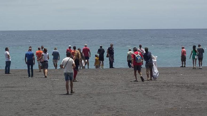 En la imagen, un grupo de ciudadanos 'estrenando' este sábado la playa de la capital. Foto: JOSÉ A. AROZENA.