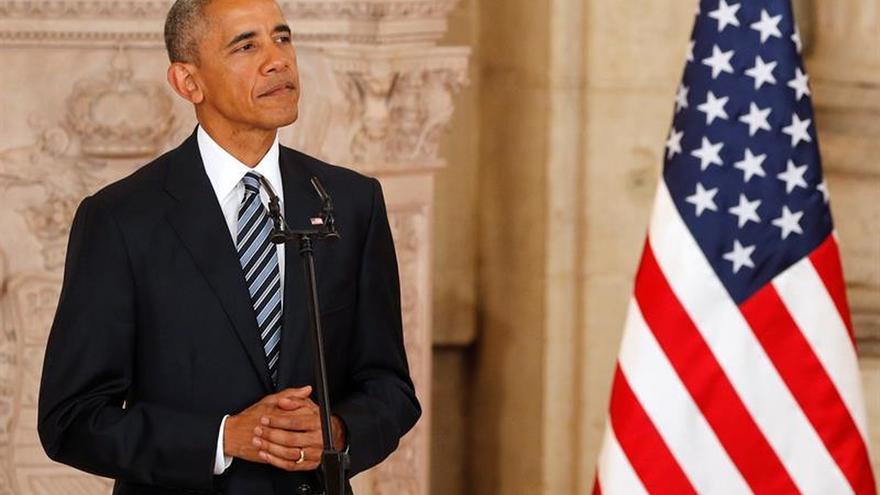 """Obama llama a """"templar"""" la retórica política tras el asesinato de tres policías"""