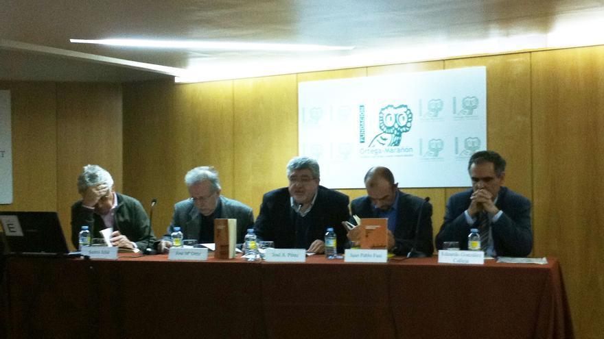 De izquierda a derecha, Santo Juliá, Juan Pablo Fusi, José M. Ortiz, Jose A. Pérez y Eduardo González durante la presentación del libro 'Construyendo memorias'