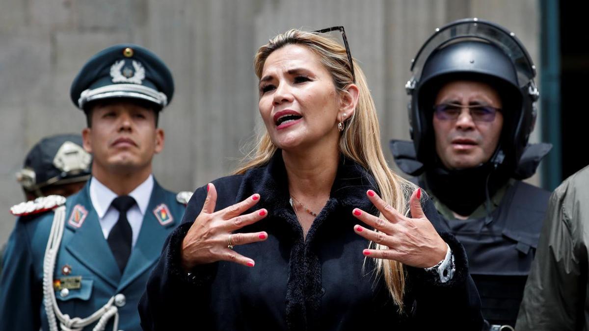 Jeanine Añez, al asumir la presidencia, rodeada de militares.