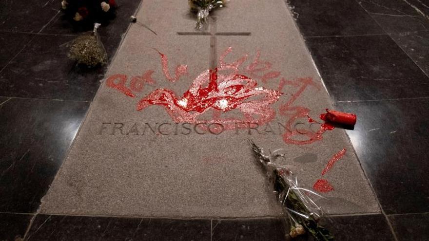 Detenido un escultor tras pintar la tumba de Franco en el Valle de los Caídos