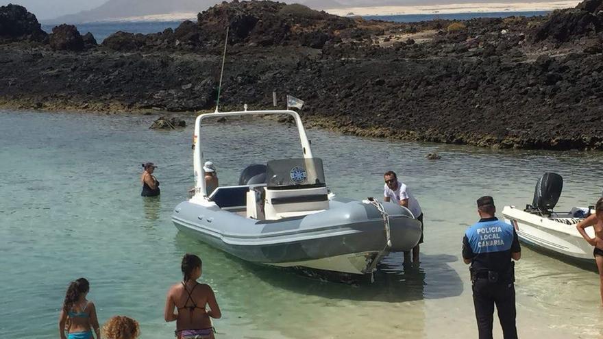 Agentes de la Policía Local de La Oliva controlan la actividad de 'water taxis' en El Puertito de Isla de Lobos.