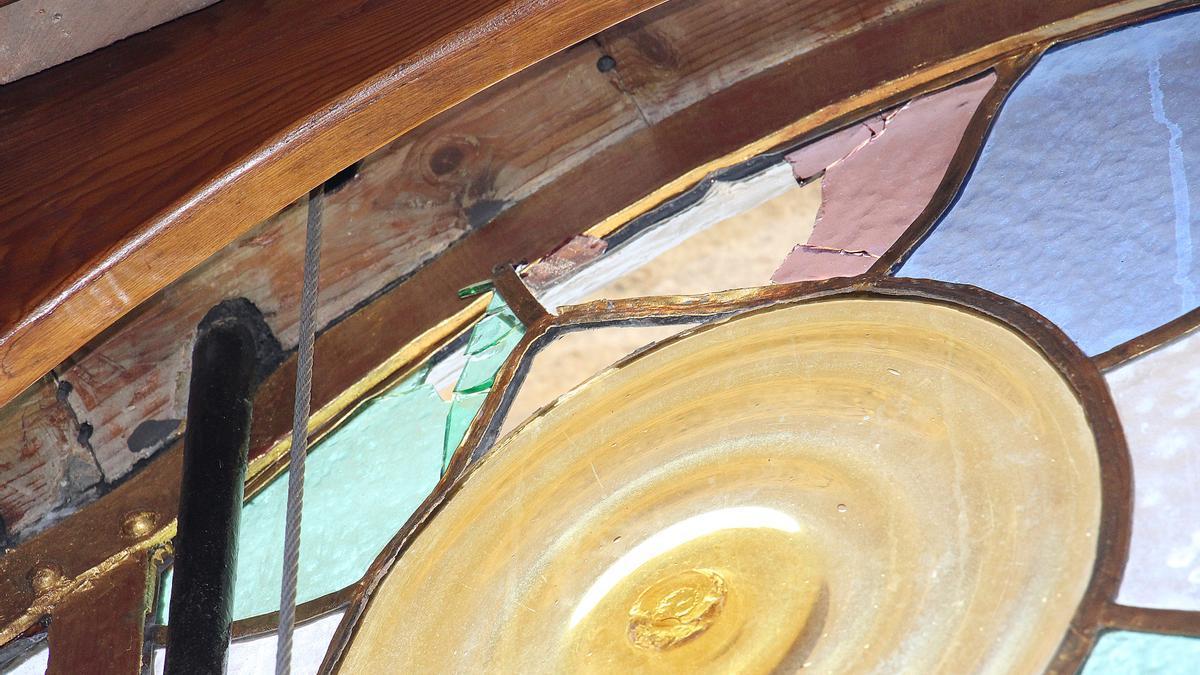 El impacto de una pedrada en una parte de los emplomados de 1906, restaurados recientemente