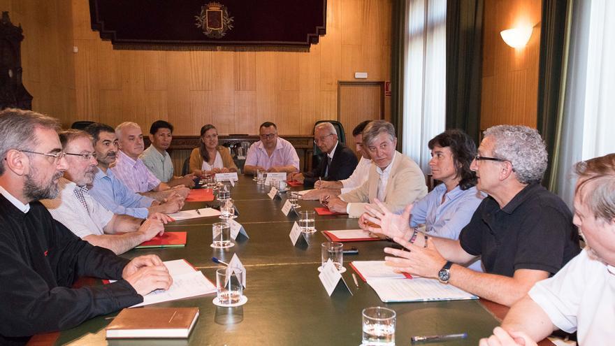 Reunión del alcalde y la vicealcaldesa de Zaragoza con representantes de las confesiones religiosas de la ciudad.