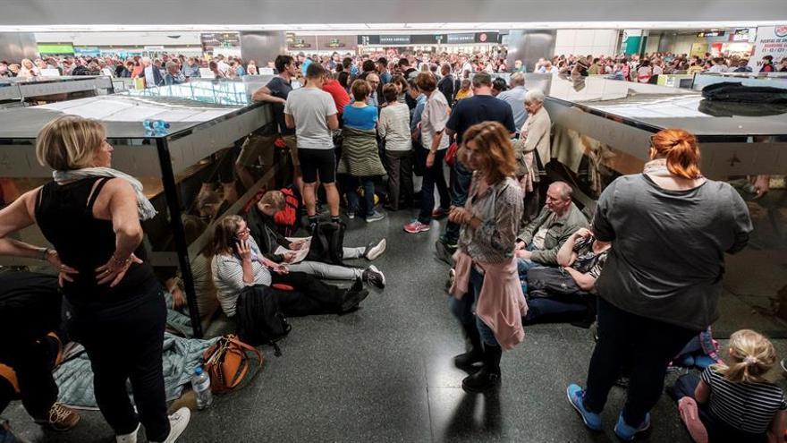 Pasajeros afectados por las cancelaciones en el aeropuerto de Gran Canaria.