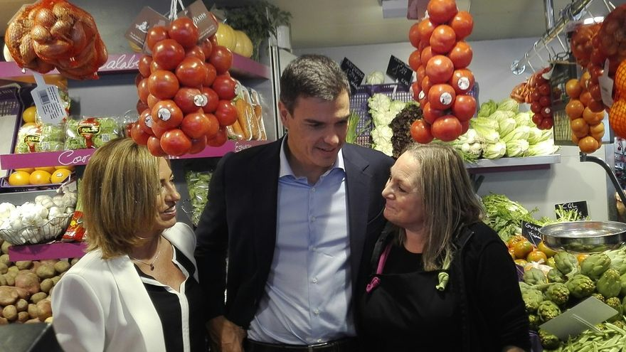 Pedro Sánchez compra mandarinas, pero rechaza unos calzoncillos rojos en su primer paseo de campaña