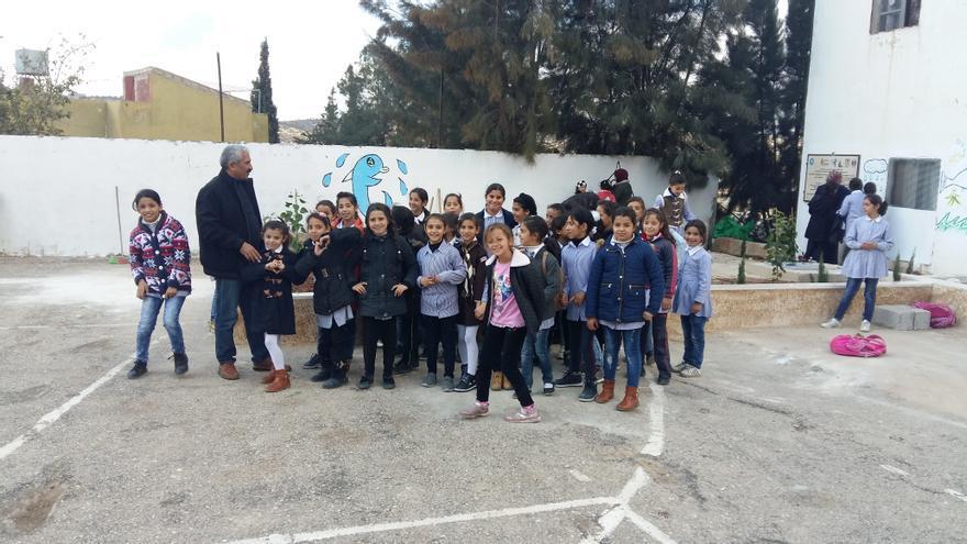 Los niños de uno de los colegios en los que se instalaron las cisternas de agua potable