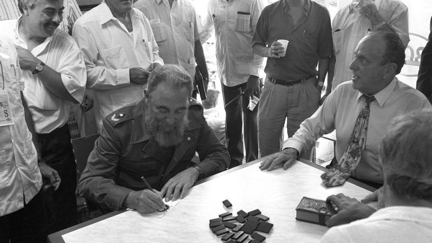 VIAJE FIDEL CASTRO ESPAÑA Láncara 28-7-92.- El presidente de Cuba, Fidel Castro (c) y el presidente de la Xunta Manuel Fraga (d), durante la partida de dominó que jugaron en el municipio de Láncara de donde proviene la familia del lider cubano.
