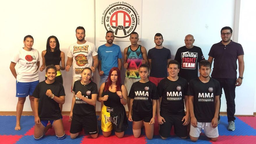 Participantes en el aula de formación continua en Artes Marciales Mixtas con el concejal de Deportes de Santa Cruz de La Palma, Raico Arrocha (i).