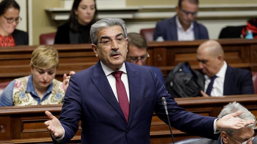 El vicepresidente del Gobierno y consejero de Hacienda, Román Rodríguez, durante el pleno del Parlamento