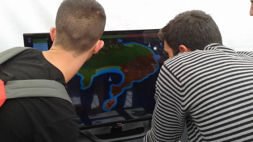 Dos alumnos del CEO Andrés Orozco prueban la aplicación.