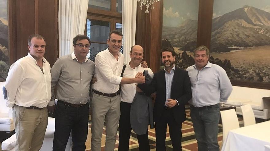 Carlos Alonso, segundo por la derecha, tras llegar a un acuerdo en julio pasado para la financiación del Mundial de Baloncesto femenino en Tenerife, al que se había opuesto