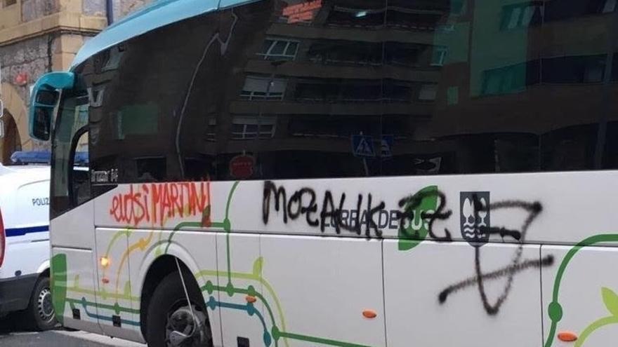 Cuatro encapuchados asaltan un autobús de Lurraldebus en una parada de Azpeitia y realizan pintadas en su exterior