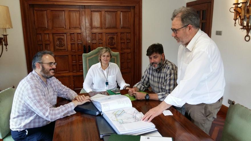 El equipo redactor del PGOU presenta el documento inicial al equipo de Gobierno