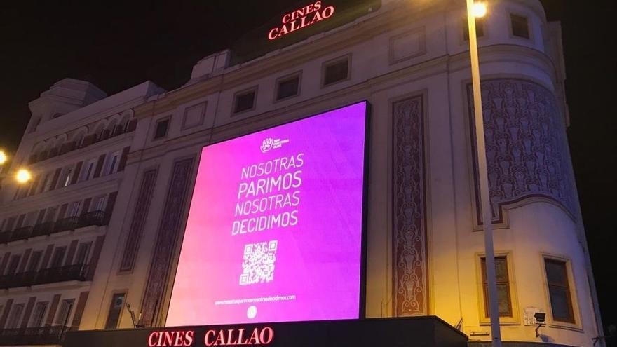 Cartel con el lema Nosotras Parimos, nosotras decidimos, de una campaña por la gestación subrogada, en el centro de Madrid