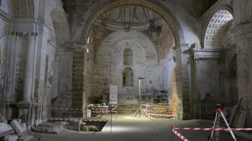 Interior de la iglesia de San Lorenzo, con la señalización de las catas arqueológicas.