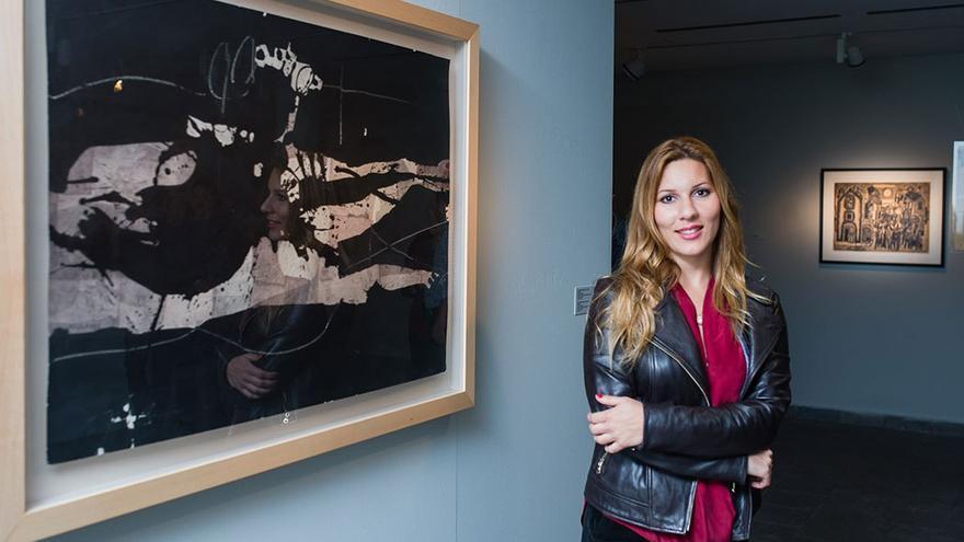 La artista en una exposición. (Nanda Santana).