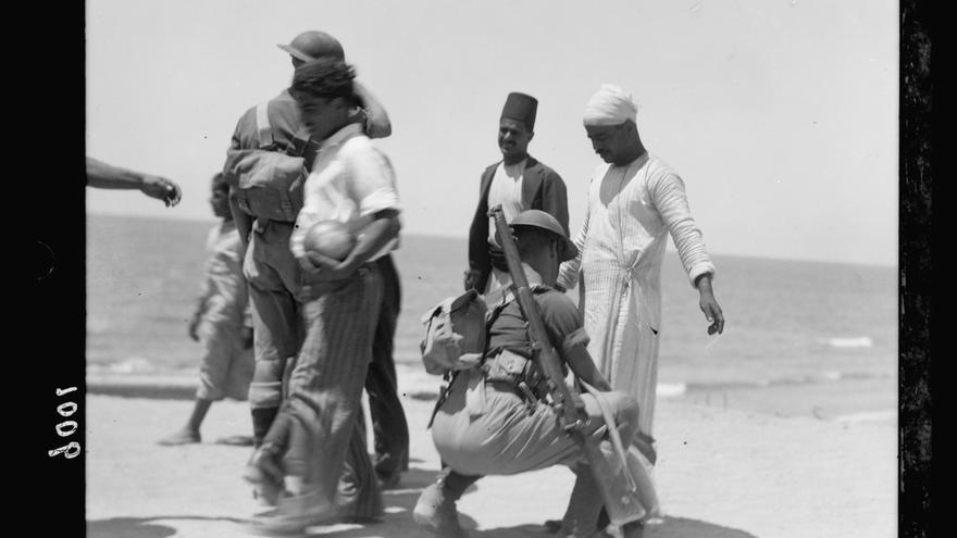 Soldados británicos cachean a vecinos de Yafa en busca de armas durante las revueltas de 1936 contra el mandato británico y el movimiento sionista
