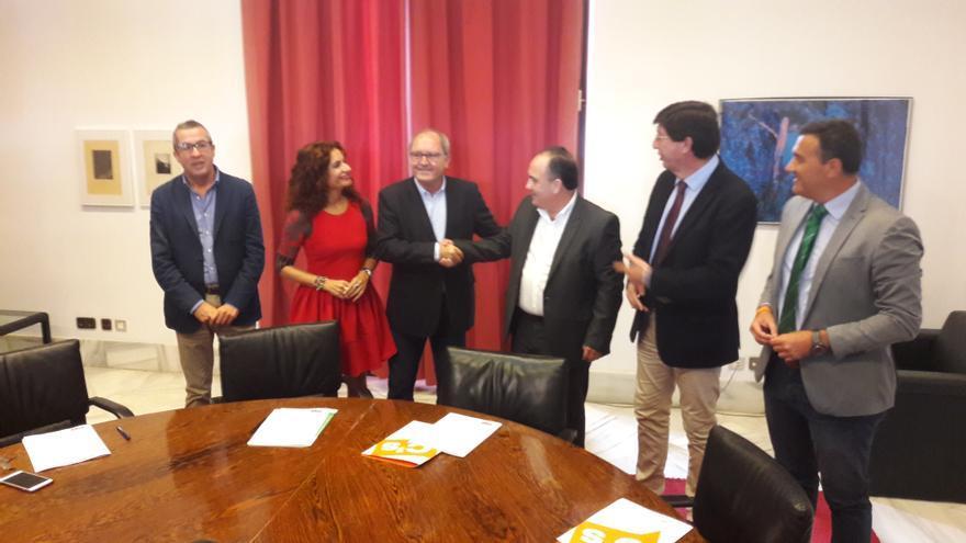 Firma del acuerdo de los presupuestos autonómicos de 2017 entre el PSOE-A y C's.