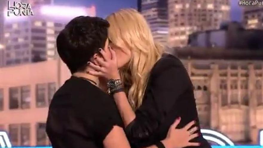 El beso lésbico de Carolina Cerezuela y la compañera de Cárdenas en TVE