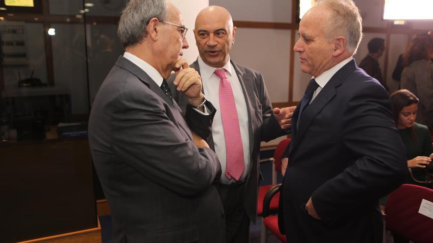 El fiscal jefe de Canarias Vicente Garrido y el presidente del TSJC Antonio Doreste en la toma de posesión de los consejeros.