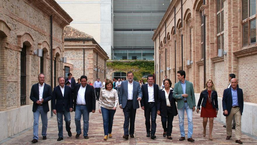 El presidente del Gobierno y del PP, Mariano Rajoy, escoltado por los dirigentes populares valencianos