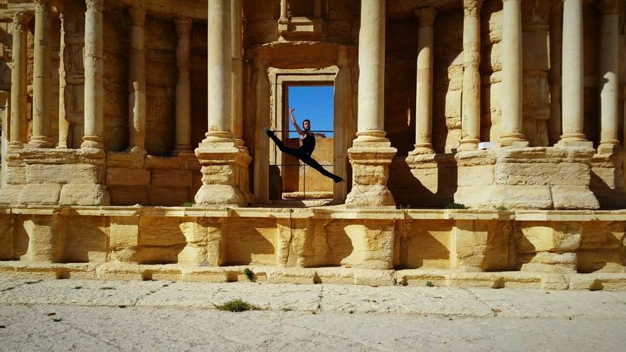 Ahmad Joudeh bailando en el teatro de Palmira,antes era utilizado para las ejecuciones de Isis. Imagen cedida por Ahmad Joudeh.