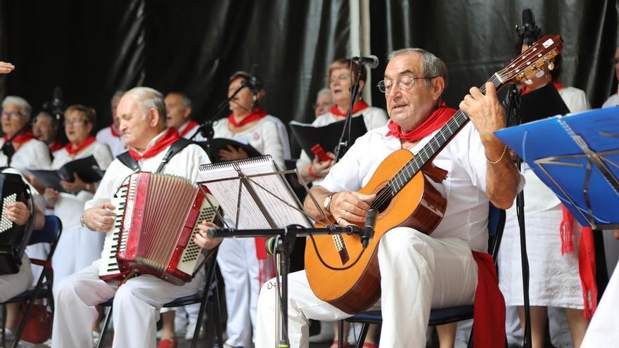 El Ayuntamiento homenajea a seis pamploneses centenarios en el Día de las Personas Mayores