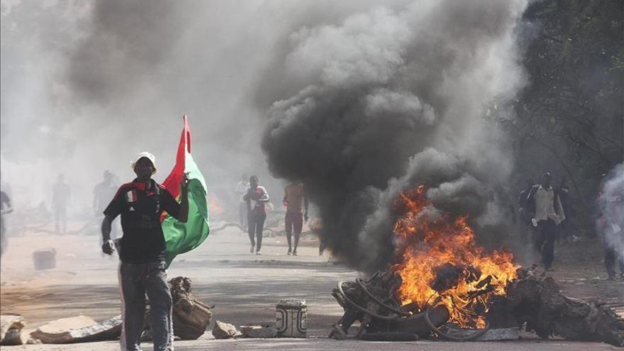 El número dos de la guardia presidencial dice que asume el poder en Burkina Faso