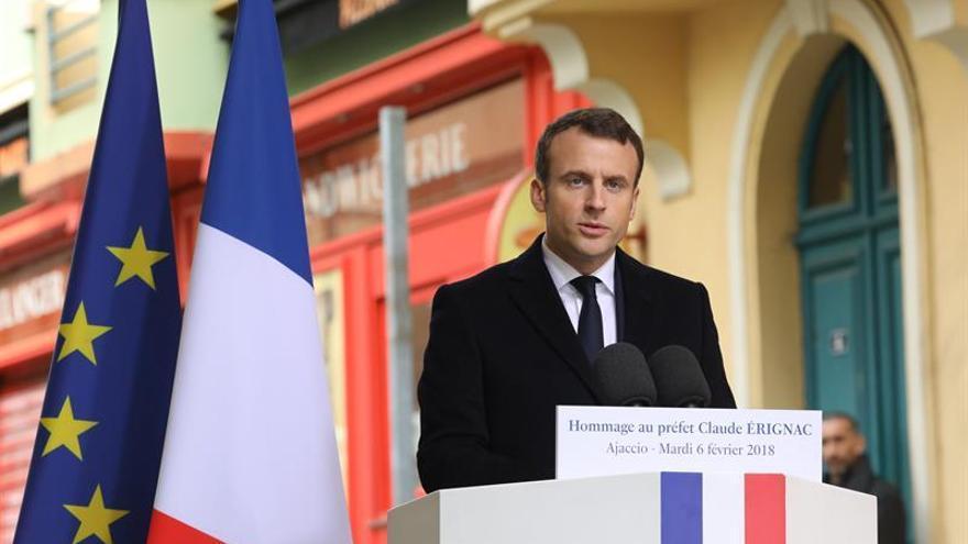 Macron inicia su visita a Córcega con un homenaje a un prefecto asesinado
