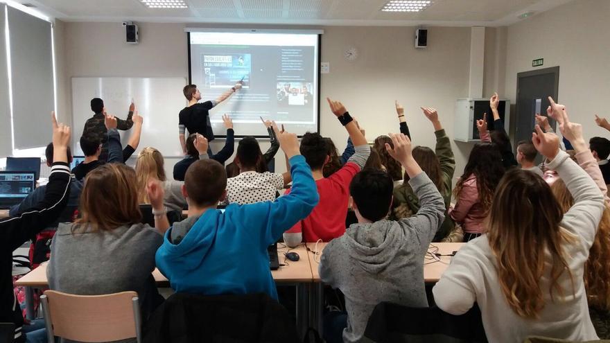 Alumnos de un instituto de Cantabria sumándose a la campaña #PreguntarNoEsDelito | @sofiia712