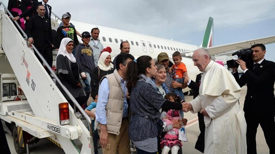 Francisco saluda a los refugiados en la escalinata