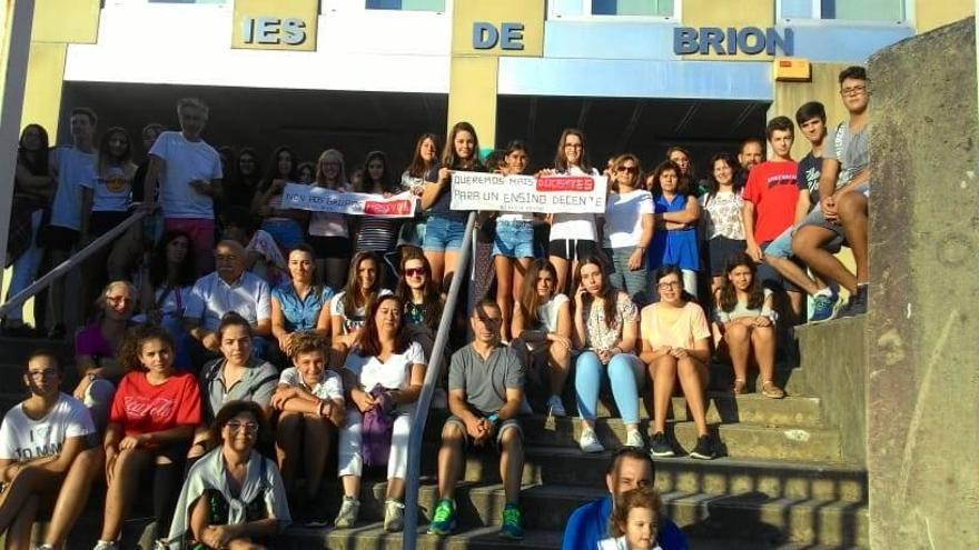 Protesta de alumnado y familias por la falta de docentes en el IES de Brión