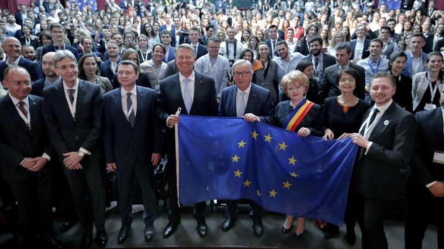 Juncker defiende ante jóvenes europeos una UE abierta a quien lo necesita