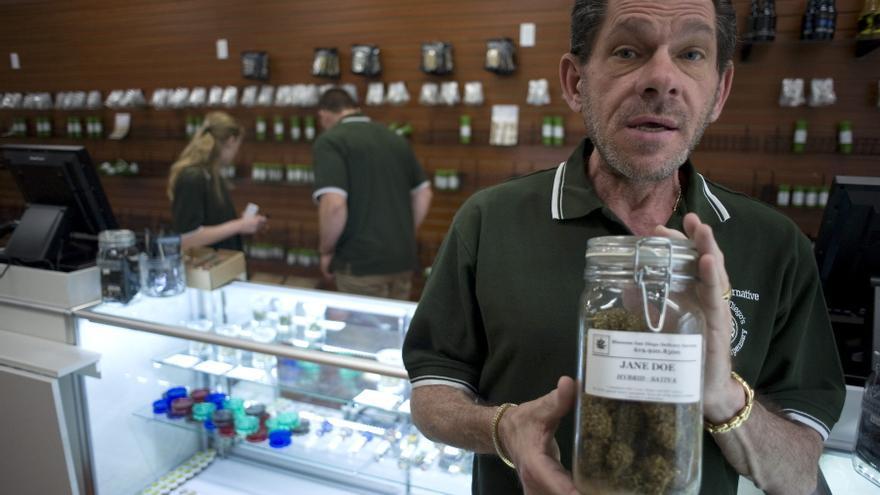 El gerente del dispensario de marihuana medicinal 'A Green Alternative' muestra uno de sus productos en su establecimiento de San Diego.