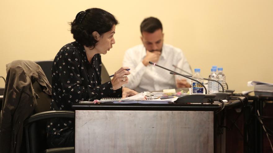 La portavoz de Nueva Canarias, Isabel Santiago, y el portavoz de PP, Maicol Santana, en el Ayuntamiento de Mogán durante una sesión plenaria.