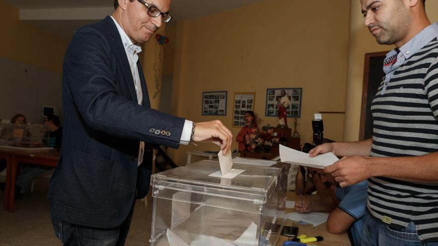 Pablo Rodríguez (CC) ejerce su derecho a voto. (Alejandro Ramos)