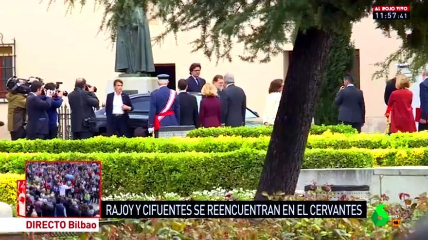 Las cámaras de laSexta captan el saludo entre Rajoy y Cifuentes