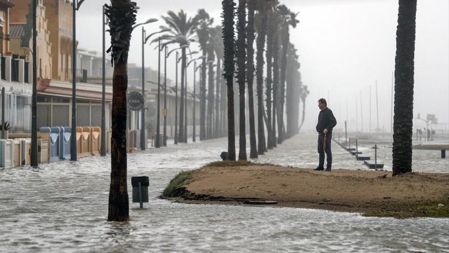 La playa de la Patacona complatemente inundada por la borrasca Gloria.