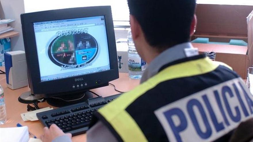 Un agente de Policía Nacional, en una operación contra la pornografía infantil