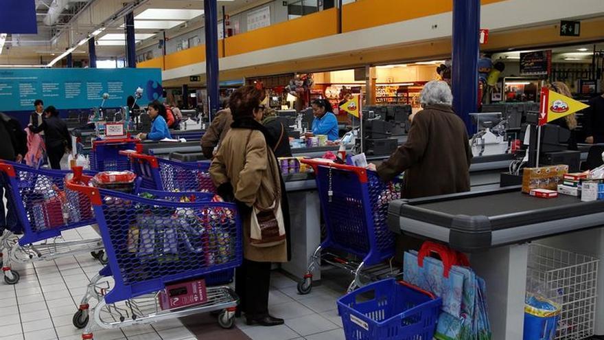 Los sueldos en las grandes superficies subirán al menos un 2,5% en 2017 y el 1% hasta 2020