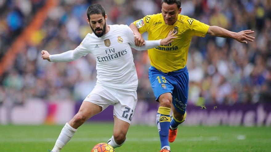 Isco controla un balón ante la presión de Roque Mesa en un encuentro entre el Real Madrid y la UD Las Palmas en el Santiago Bernabéu.