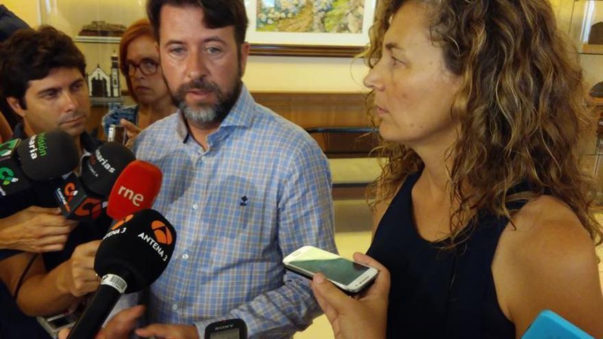 el El presidente del Cabildo, Carlos Alonso, tras reunirse con la consejera de Obras Públicas y Transportes del Gobierno de Canarias, Ornella Chacón
