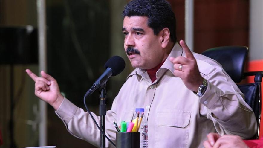 Maduro obligado a recortar el gasto público por derrumbe de precio petrolero