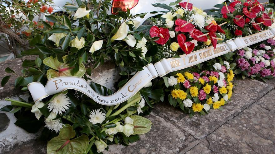 Corona de flores en homenaje a Antonio Bethencourt Massieu.