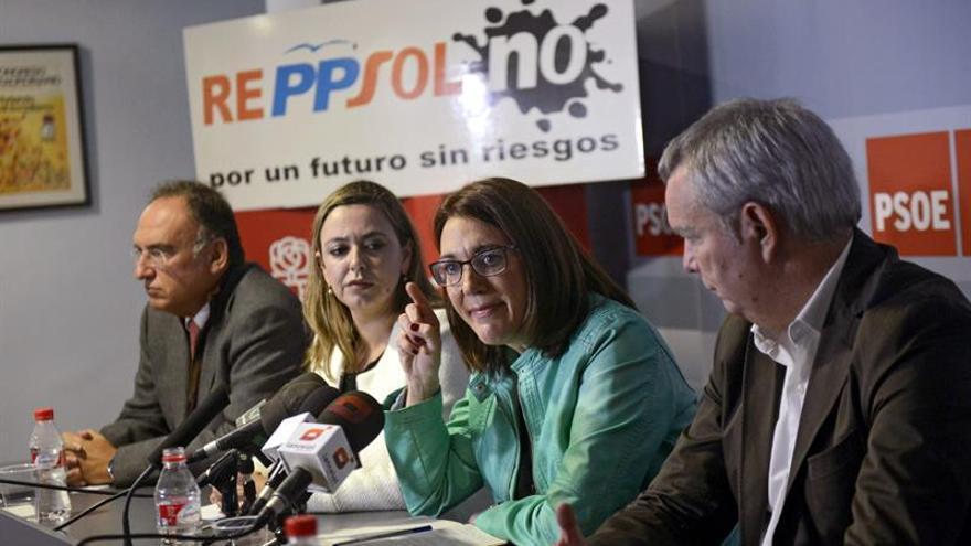 La portavoz del PSOE en el Congreso, Soraya Rodríguez (2d), acompañada por el diputado Manuel Fajardo (i), la secretaria insular, Dolores Corujo (2i), y el diputado por Las Palmas Sebastián Franquis (d).