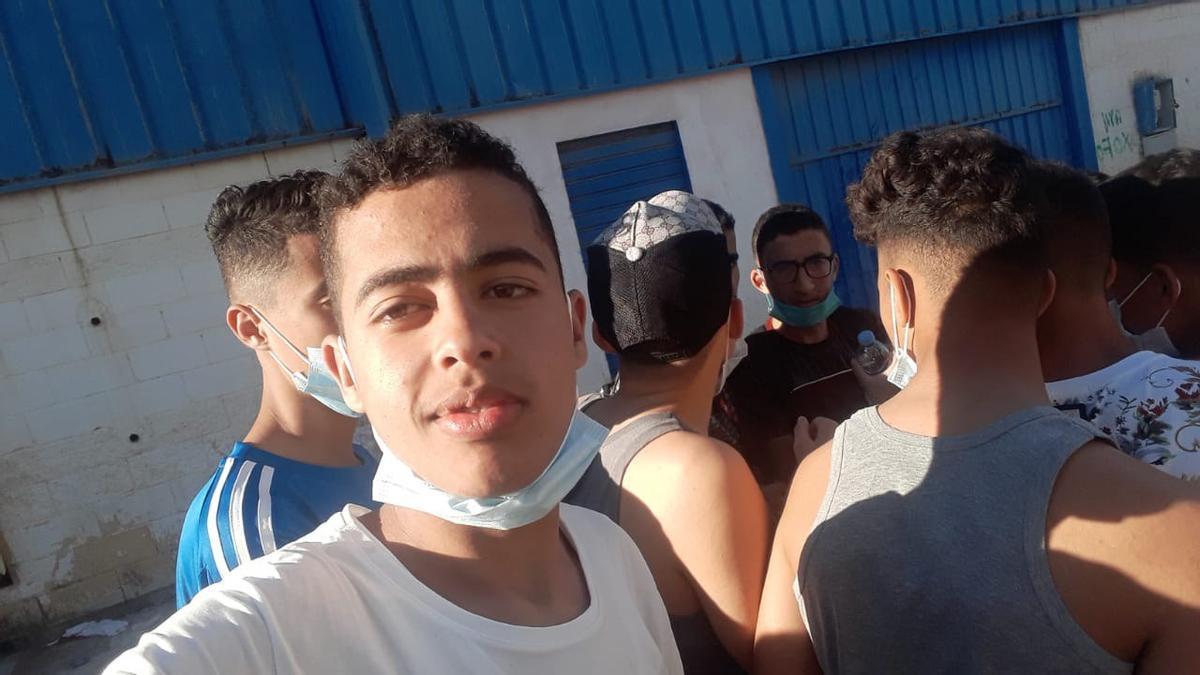Anas, de 16 años, en la imagen que subió a Instagram desde las naves del Tarajal horas antes de ser devuelto a Marruecos.